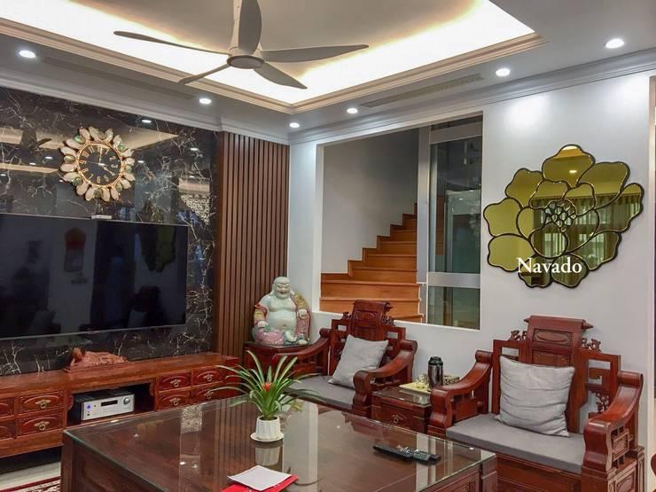 Gương phòng khách:  Living room by Công ty TNHH Navado Việt Nam