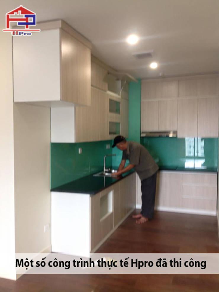Ảnh thực tế tủ bếp laminate nhà chị Hương ở Nguyễn Tuân:  Kitchen by Nội thất Hpro