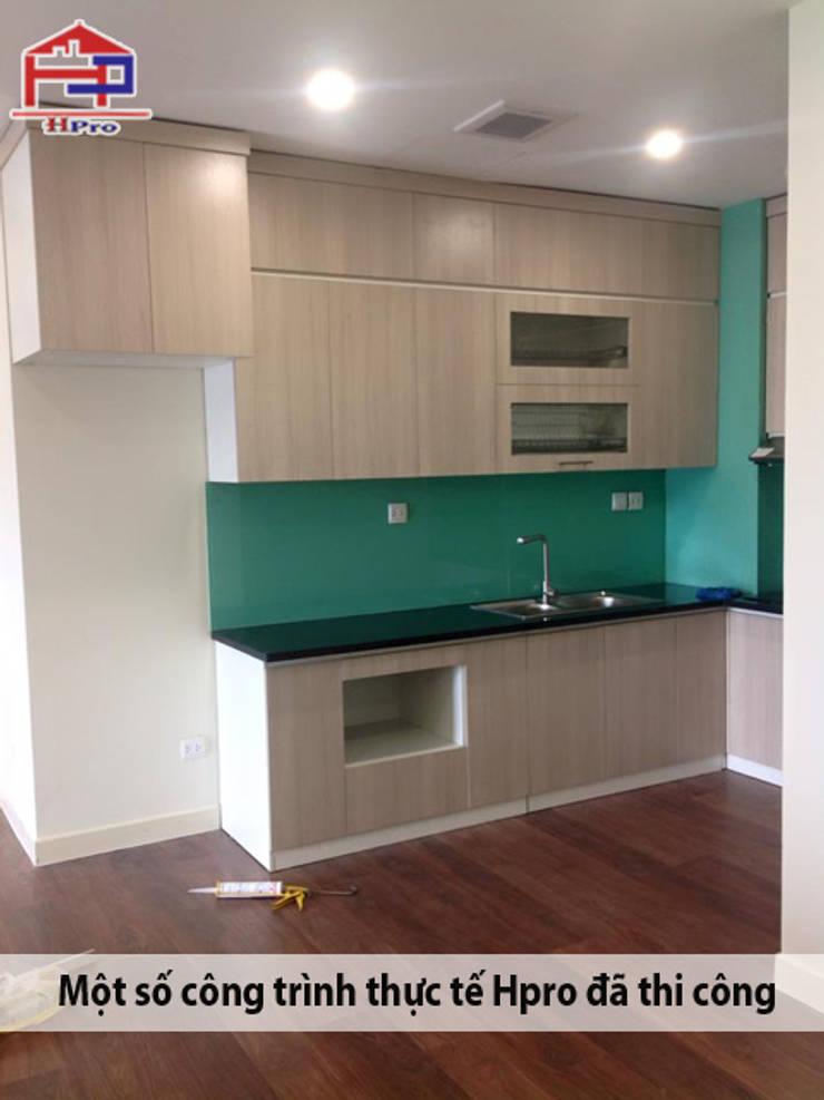 Tủ bếp laminate màu vân gỗ với bề mặt phẳng, mịn và bóng tạo cho không gian nét độc đáo riêng:  Kitchen by Nội thất Hpro