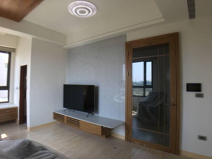電視牆及入口玻璃門:  客廳 by houseda