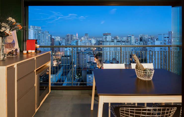 Balcone in stile  di INÁ Arquitetura