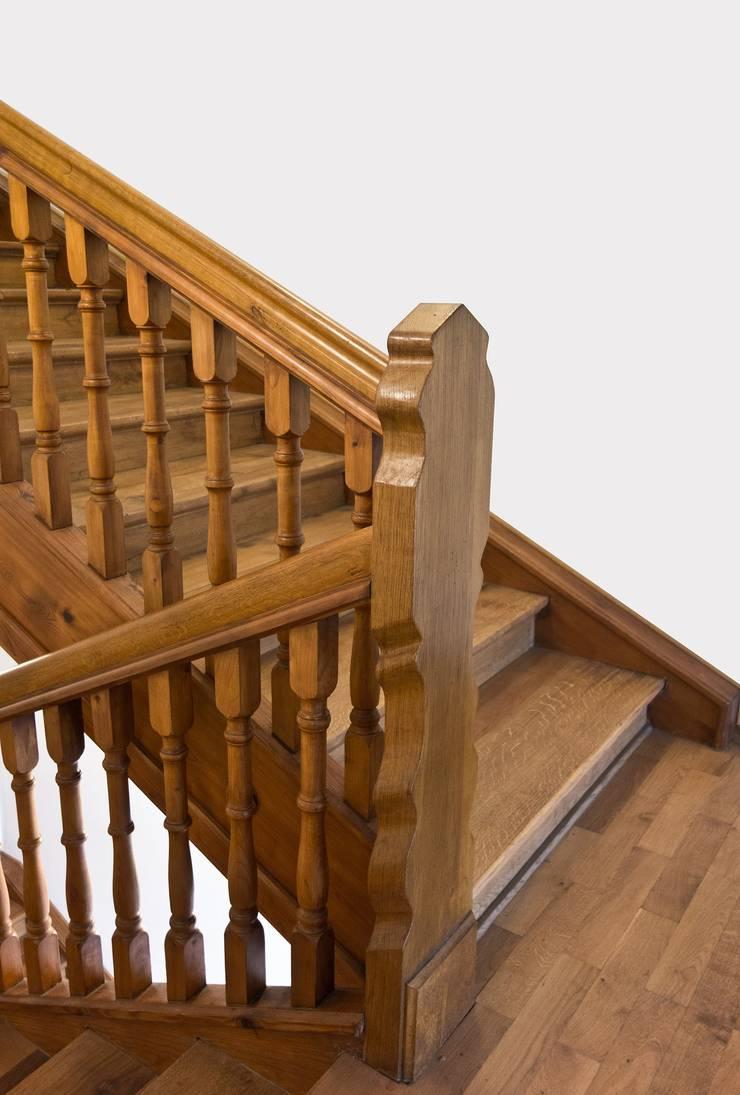 Escaleras Clásicas: Vestíbulos, pasillos y escaleras de estilo  por Corporación Siprisma S.A.C