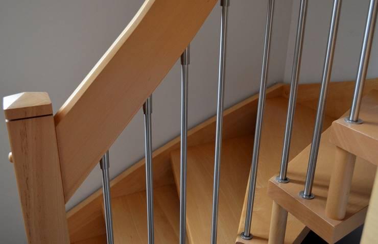 Seguridad y Garantía : Vestíbulos, pasillos y escaleras de estilo  por Corporación Siprisma S.A.C