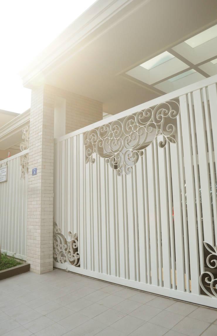 Maison individuelle de style  par Dimas Pramudita Architect, Classique Pierre
