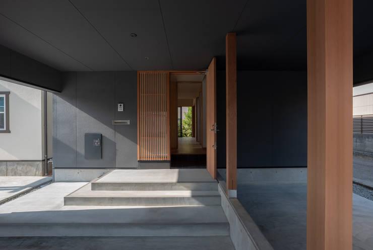 Garajes prefabricados de estilo  de 家山真建築研究室 Makoto Ieyama Architect Office, Minimalista