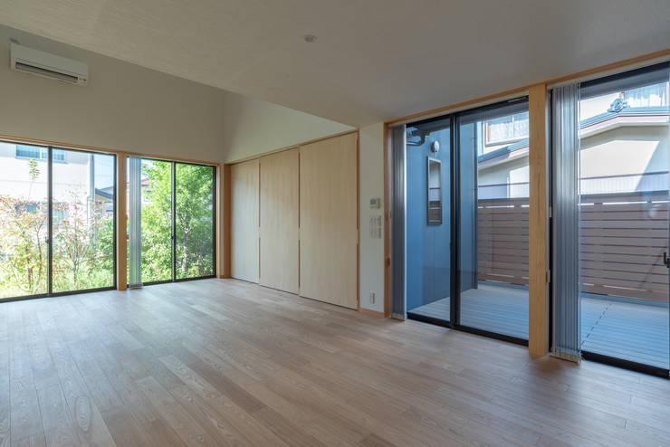 Salones de estilo  de 家山真建築研究室 Makoto Ieyama Architect Office, Minimalista