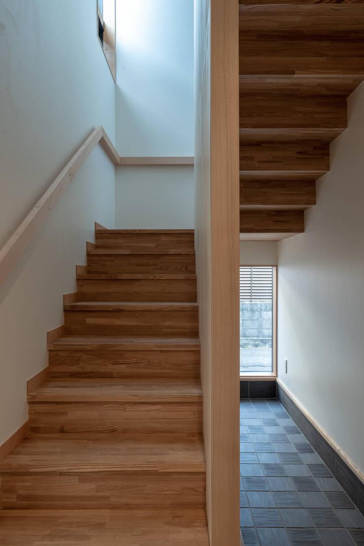 Escaleras de estilo  de 家山真建築研究室 Makoto Ieyama Architect Office, Minimalista
