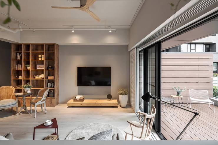 Chic house:  客廳 by 寓子設計
