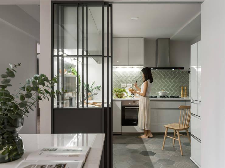 Chic house:  廚房 by 寓子設計