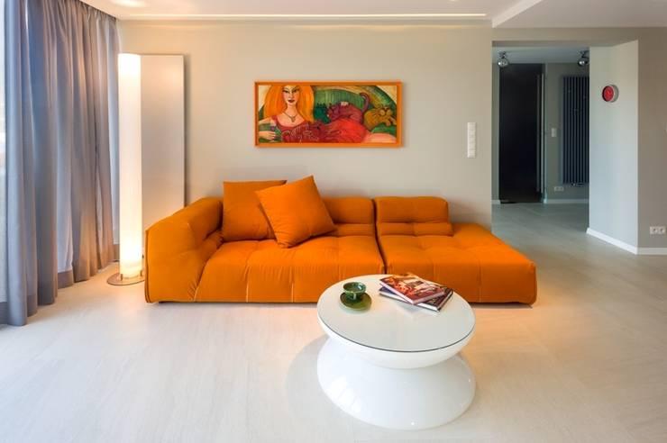 Modernes Wohnzimmer Mit Farbigem Sofa Von Moree Ltd Homify