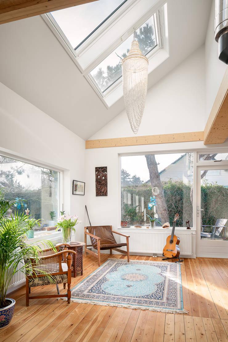 woonkamer interieur jaren 50 bungalow:  Woonkamer door robin hurts architect