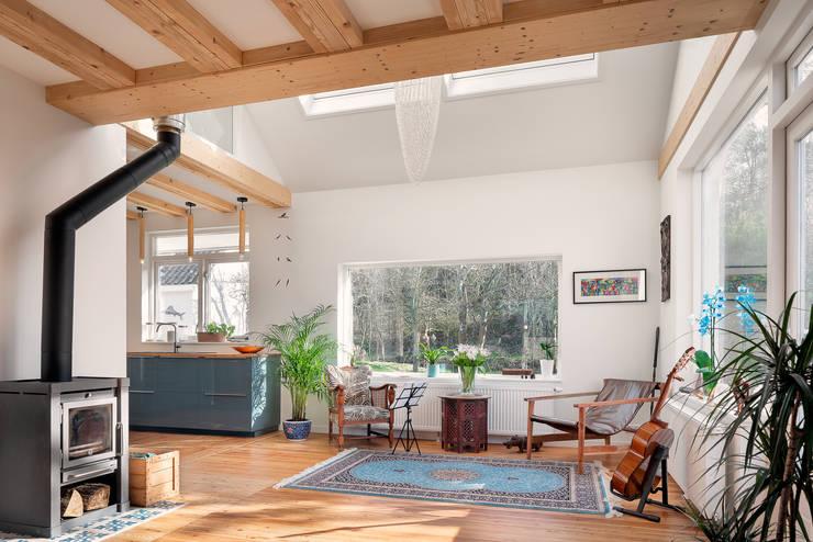 woonkamer verbouwing jaren 50 bungalow:  Woonkamer door robin hurts architect