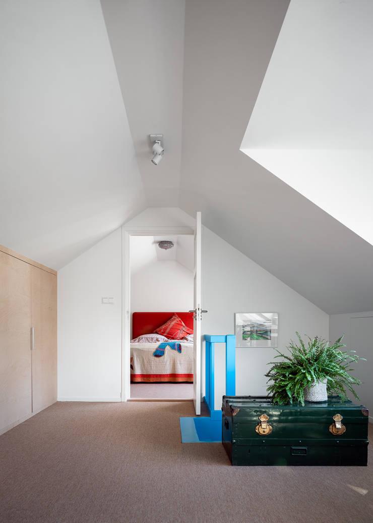overloop verbouwing jaren 50 bungalow:  Gang en hal door robin hurts architect