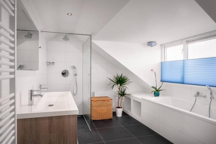 badkamer verbouwing jaren 50 bungalow:  Badkamer door robin hurts architect