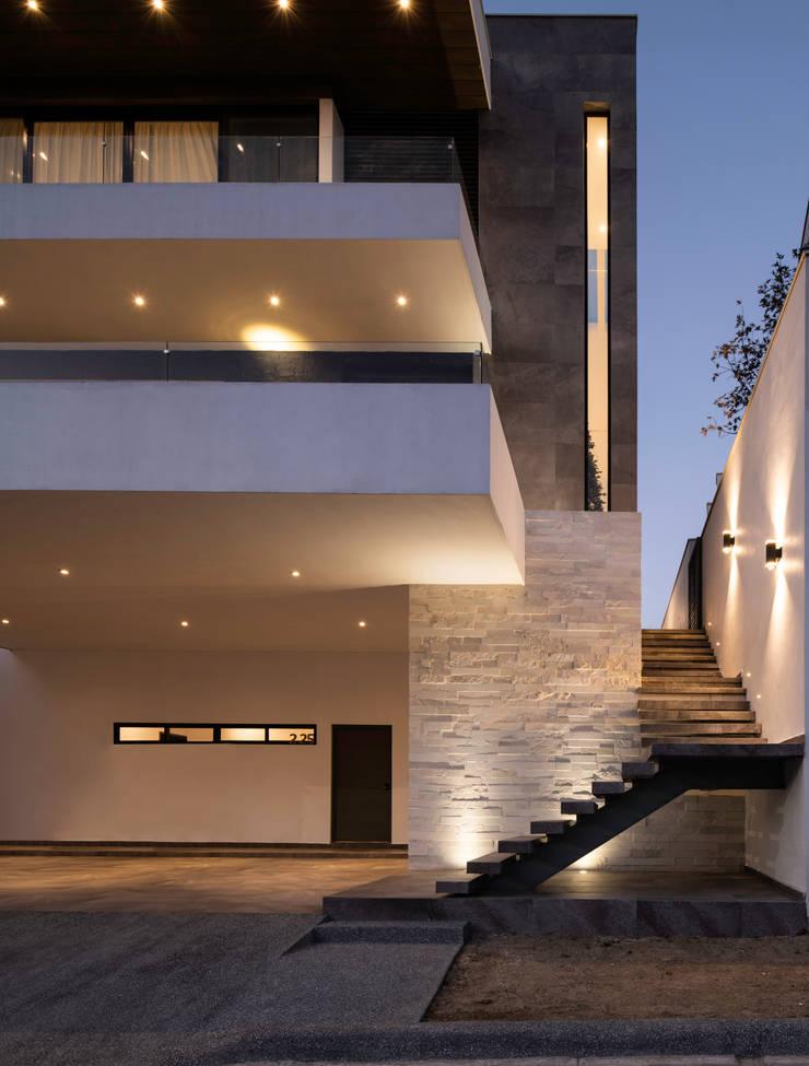 Fachada principal: Escaleras de estilo  por Nova Arquitectura