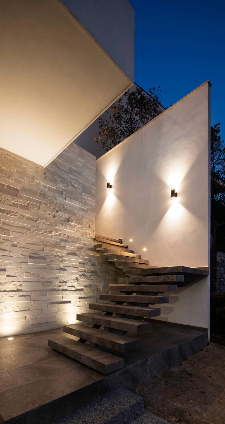 Escalera de acceso principal: Escaleras de estilo  por Nova Arquitectura