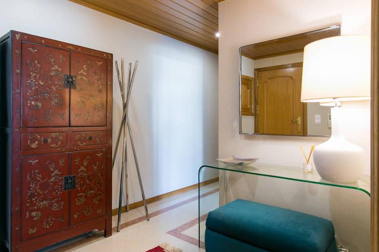 : Corredor, hall e escadas  por Traço Magenta - Design de Interiores