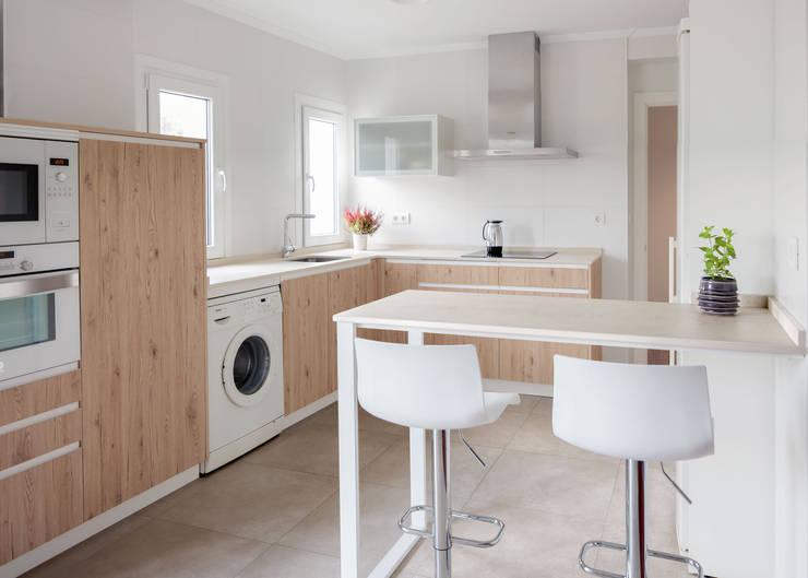 Built-in kitchens by Basoa Decoración,