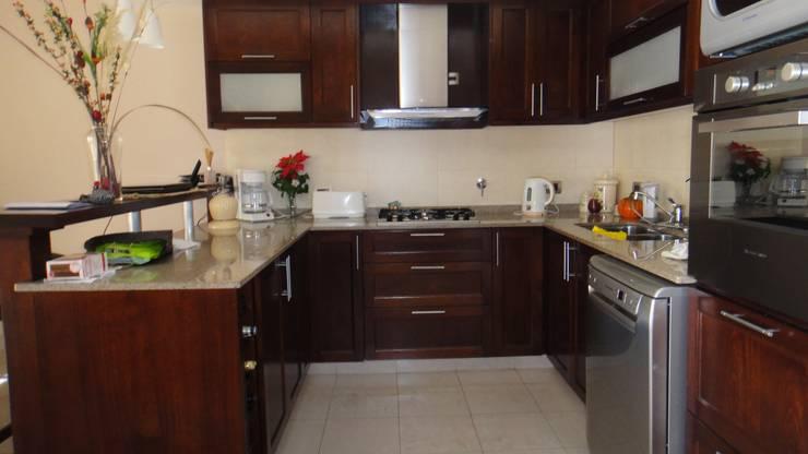 Cocina Comedor: Cocinas a medida  de estilo  por GR Arquitectura,