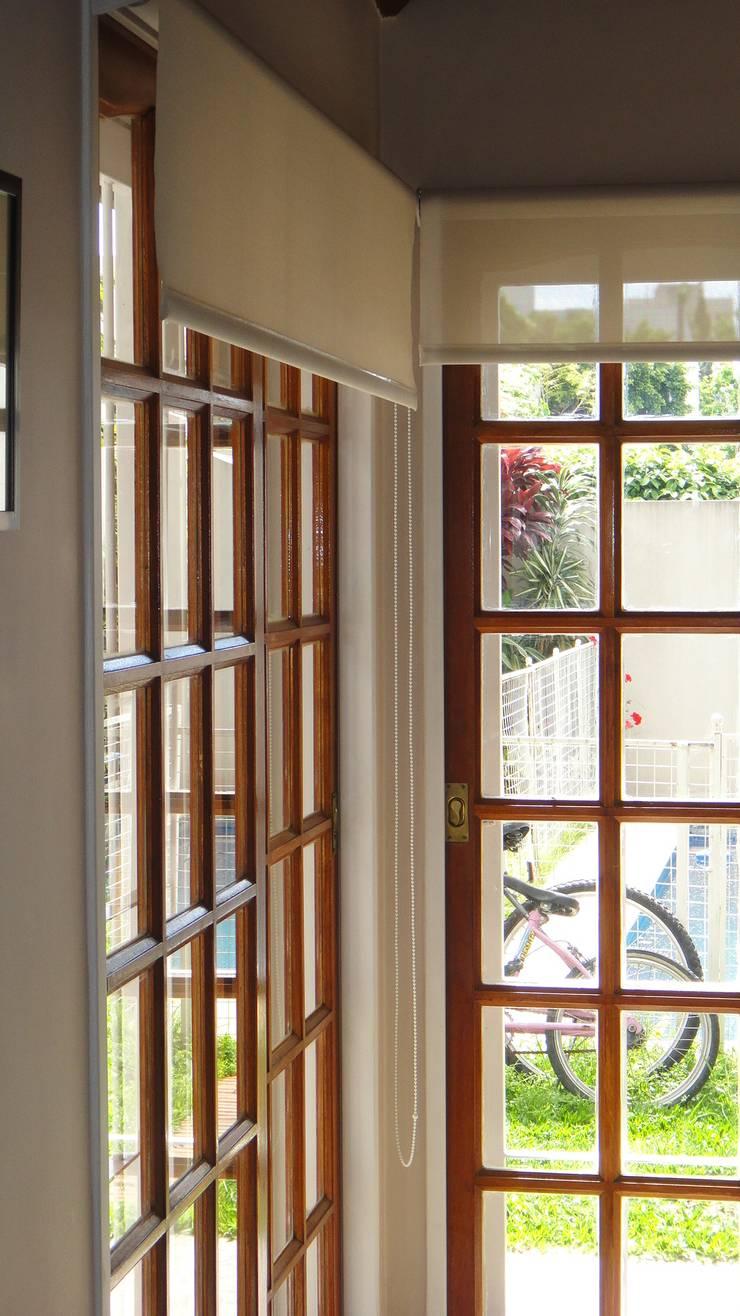 Transicion de Interior -  Exterior: Puertas de madera de estilo  por GR Arquitectura,