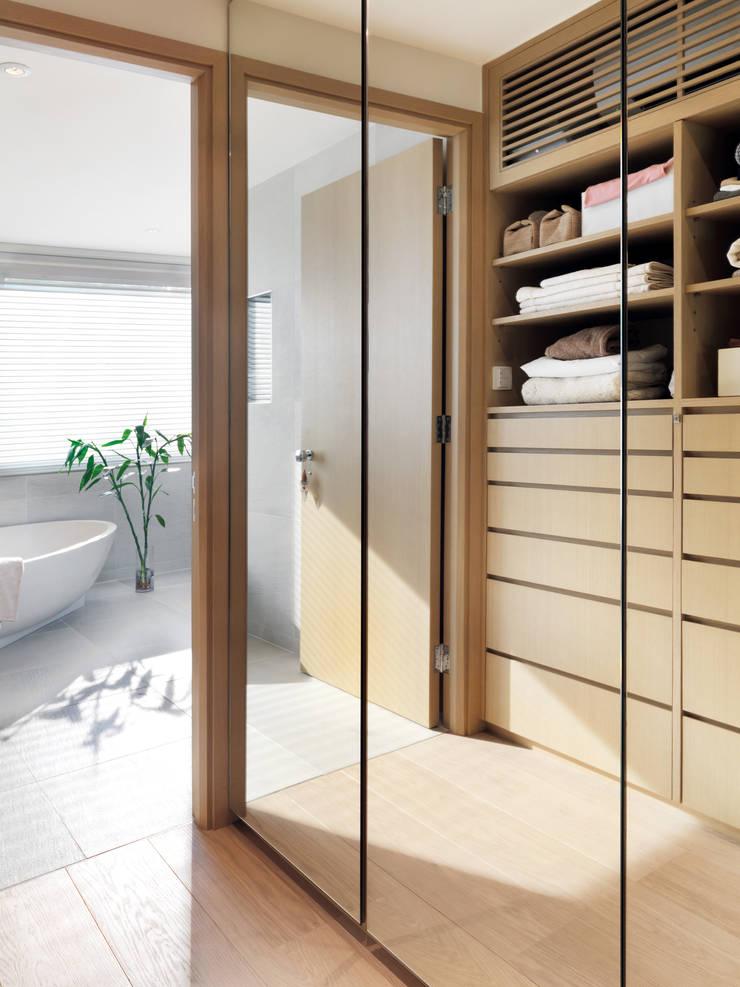 Pok Fu Lam House:  Dressing room by Original Vision