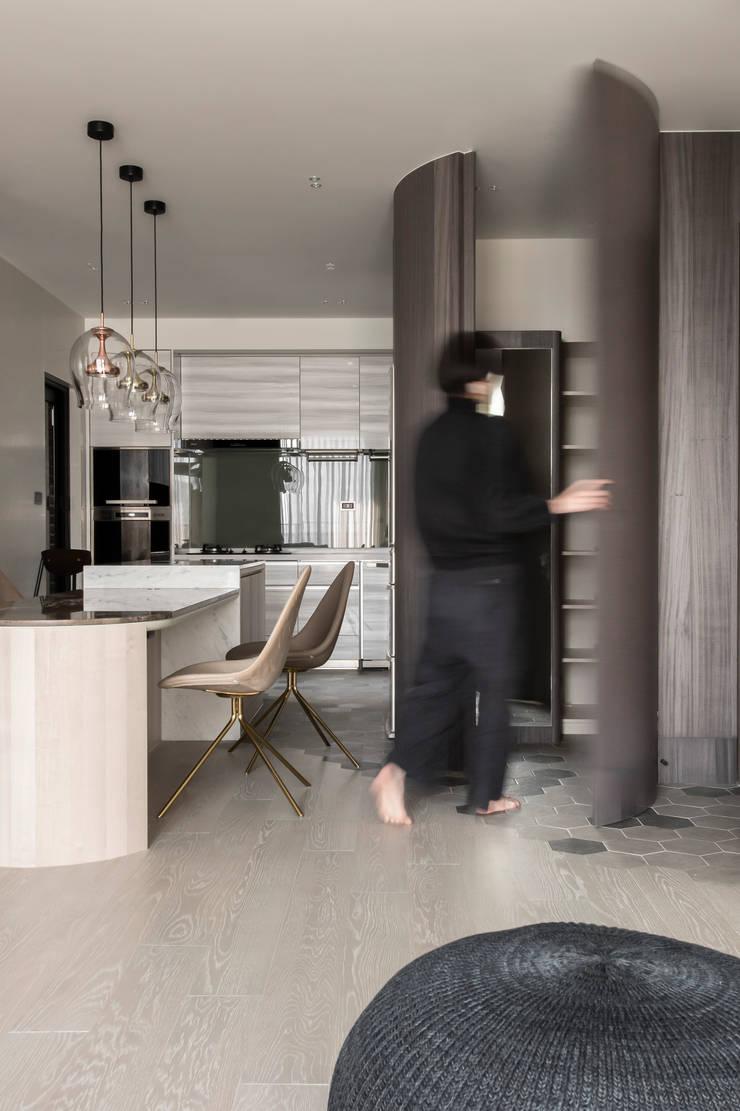 dining room:  走廊 & 玄關 by 湜湜空間設計