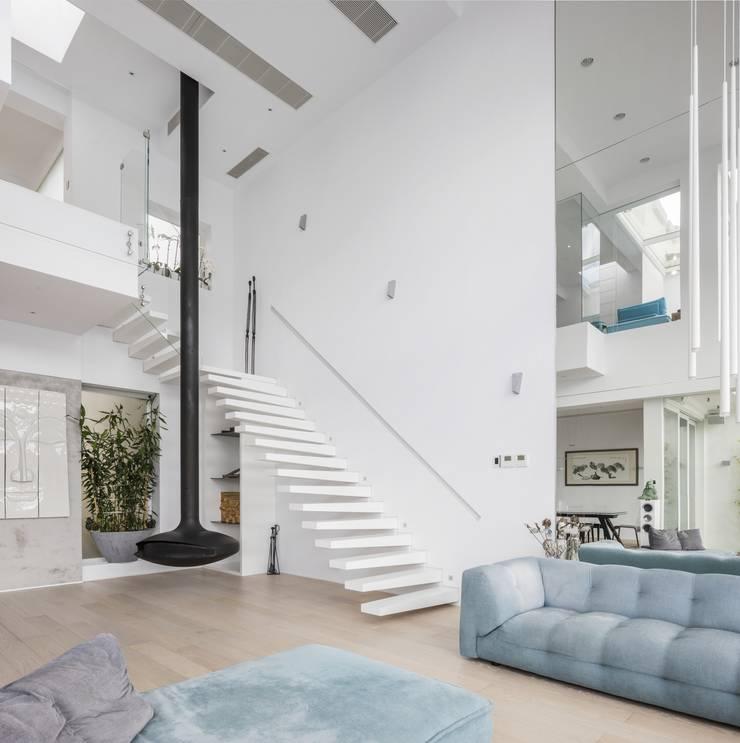 Tai Tam House:  Stairs by Original Vision, Modern