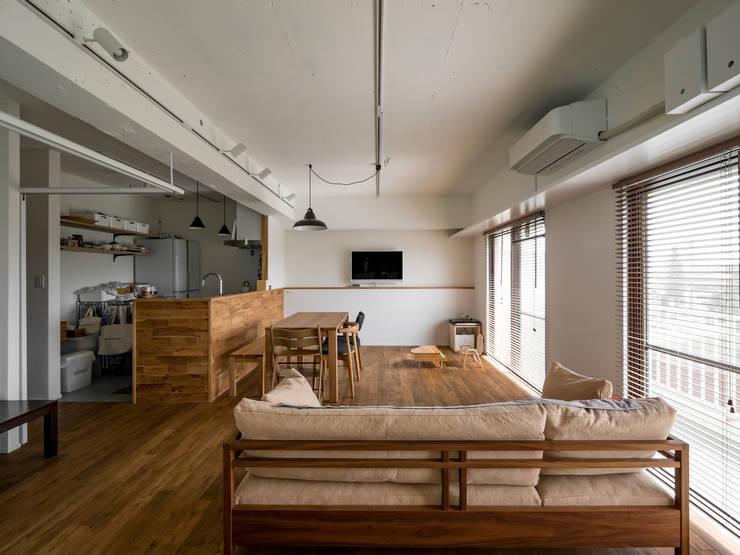 Phòng khách theo 株式会社エキップ, Hiện đại Than củi Multicolored