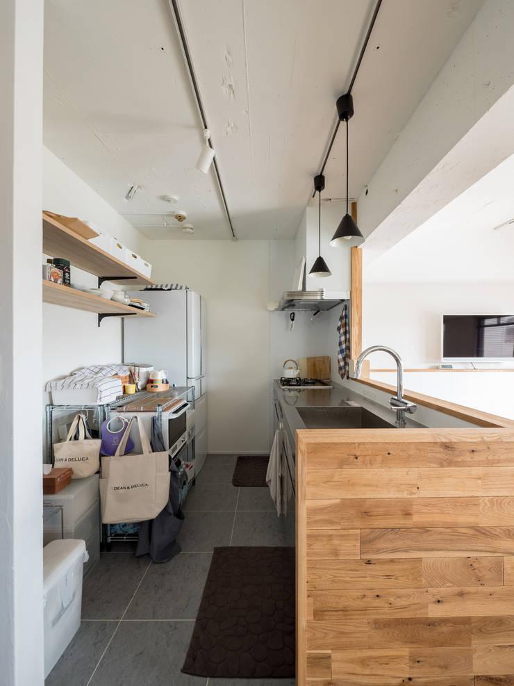 Cocinas de estilo  por 株式会社エキップ, Moderno Madera maciza Multicolor