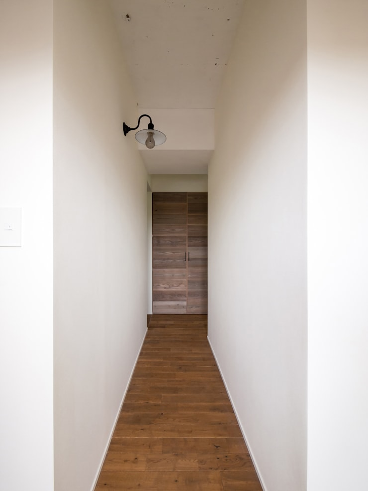 Pasillos y hall de entrada de estilo  por 株式会社エキップ, Moderno Madera maciza Multicolor
