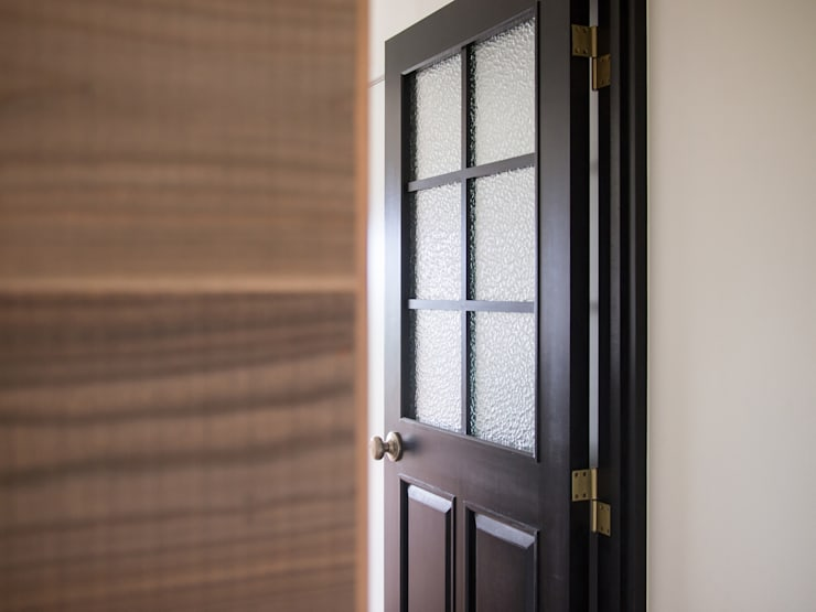 Glass doors by 株式会社エキップ, Classic Solid Wood Multicolored