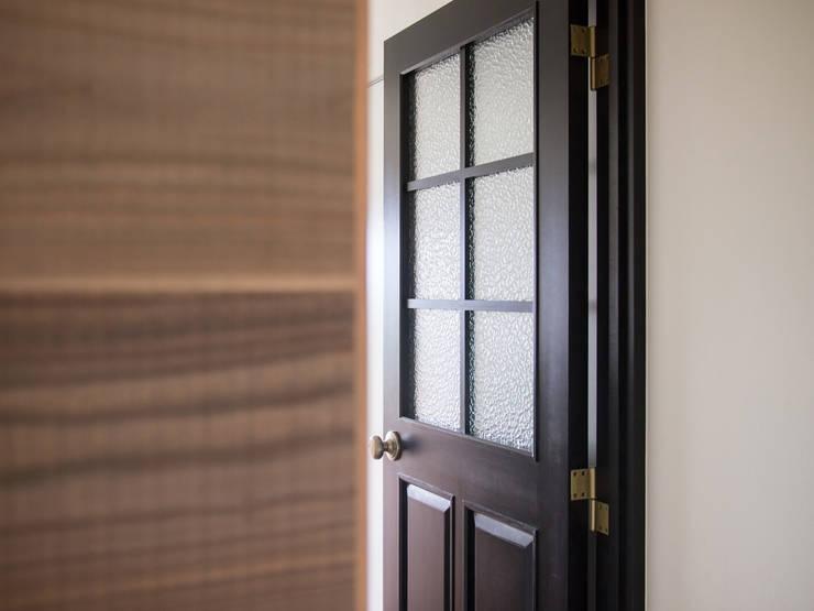 Puertas de vidrio de estilo  por 株式会社エキップ, Clásico Madera maciza Multicolor