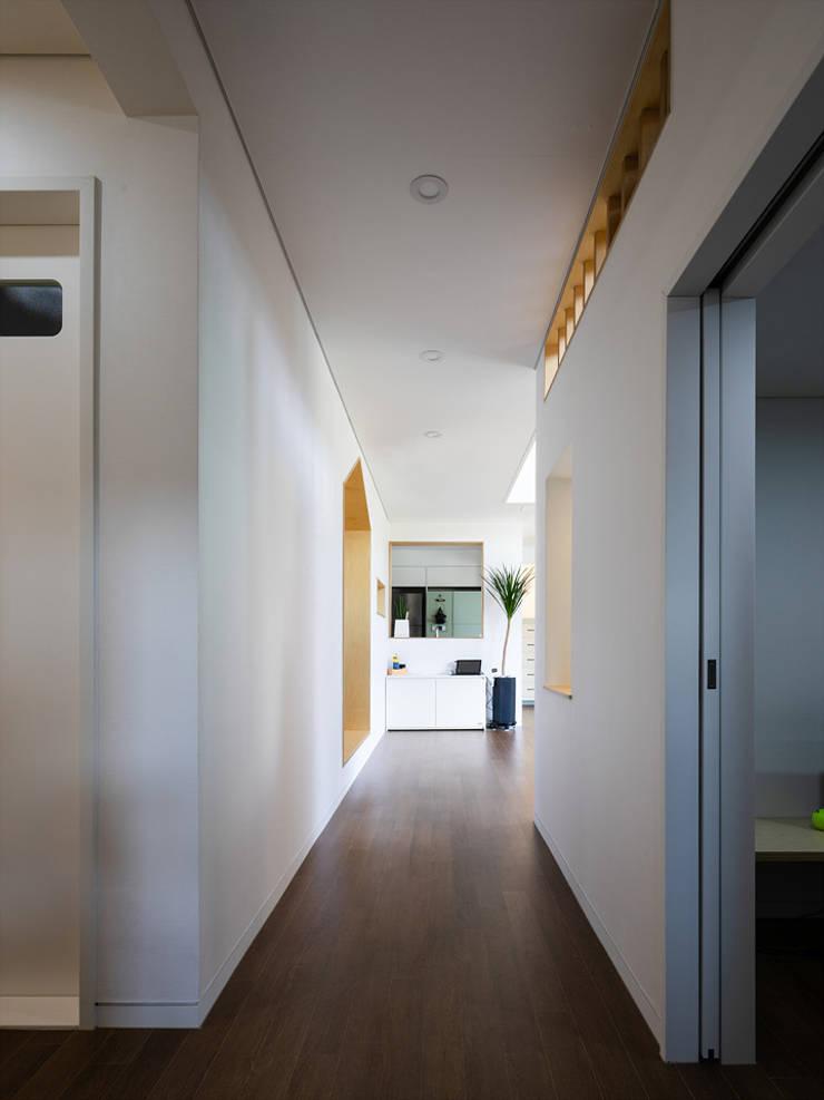 소복소복하우스: 소하  건축사사무소    SoHAA의  복도 & 현관,