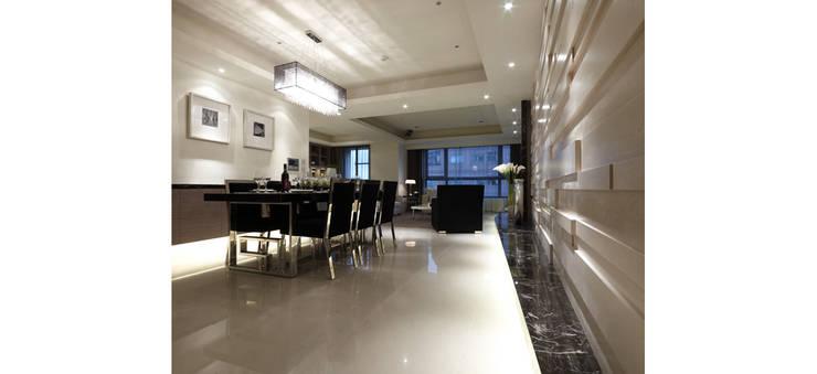 舒適又寬敞的用餐空間:  餐廳 by 鼎爵室內裝修設計工程有限公司