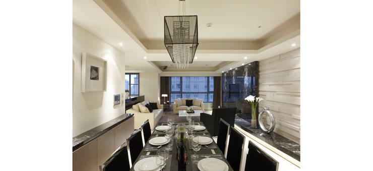 黑色的餐桌椅與白色的空間呈現對比:  餐廳 by 鼎爵室內裝修設計工程有限公司