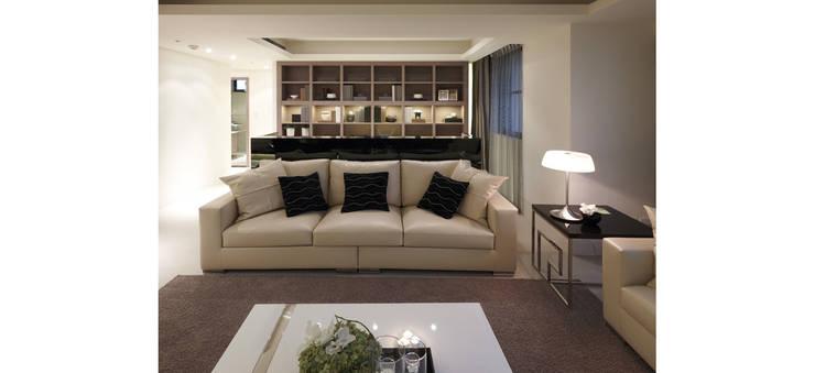 客廳另一視角:  客廳 by 鼎爵室內裝修設計工程有限公司