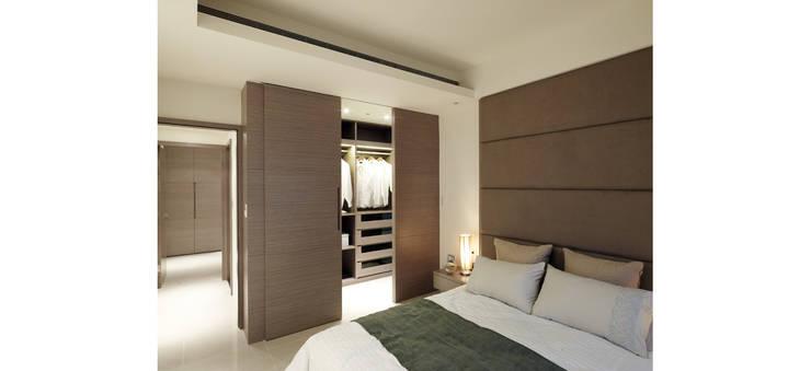 不用櫥櫃改用更衣室讓空間更加簡約大方:  更衣室 by 鼎爵室內裝修設計工程有限公司
