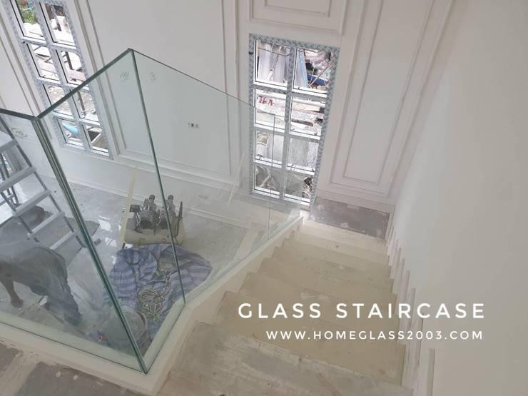 ราวกันตก / ราวบันได กระจกเทมเปอร์เปลือย หนา 12 มม.:  บันได โถงทางเดิน ระเบียง by Home Glass 2003