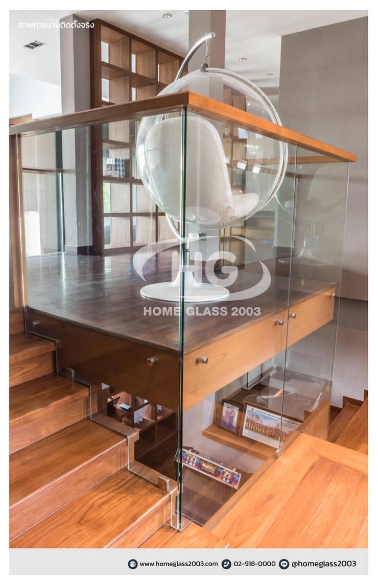 ราวบันได แบบเปลือย ยึดหมุดตามคานปูน + ราวจับไม้สัก:  บันได โถงทางเดิน ระเบียง by Home Glass 2003