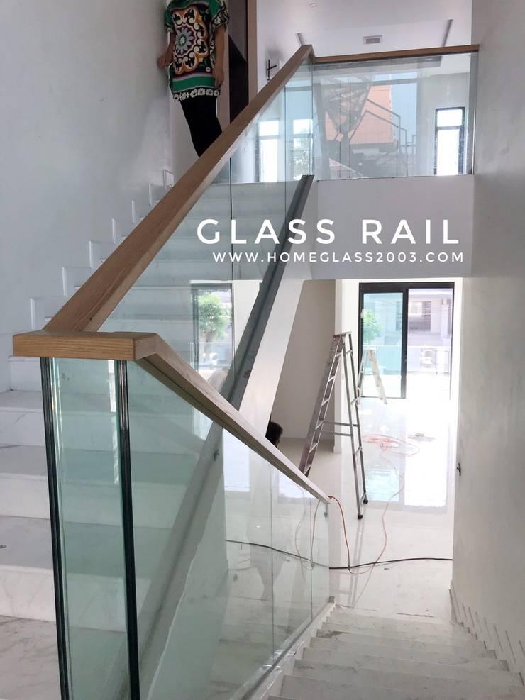 ราวบันได กระจกเปลือย กระจกเทมเปอร์/ลามิเนต หนา 8 มม+8มม ราวมือจับไม้:  บันได โถงทางเดิน ระเบียง by Home Glass 2003
