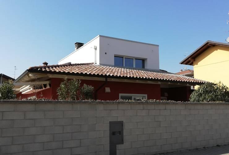 Sopraelevazione di Villa indipendente:  in stile  di Alessandro Jurcovich Architetto,