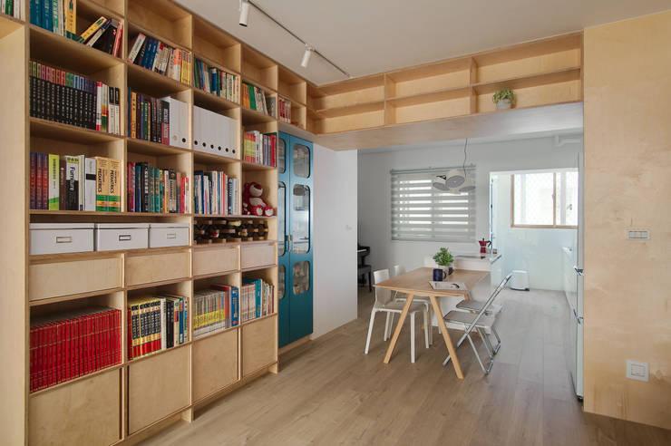 Apartment L:  牆面 by 六相設計 Phase6