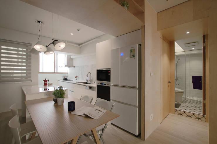 Apartment L:  系統廚具 by 六相設計 Phase6