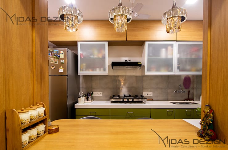 2BHK @ Andheri west:  Kitchen by Midas Dezign