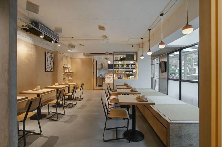 Sunlight 天光為伴:  餐廳 by 六相設計 Phase6