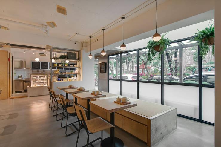 Sunlight 天光為伴:  商業空間 by 六相設計 Phase6