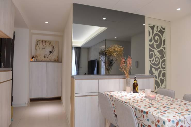 餐廳領域使用鏡面牆有放大空間的效果:  餐廳 by 台中室內設計裝修 心之所向設計美學工作室
