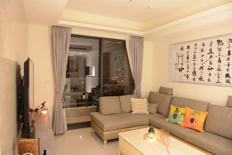 在柔和的燈光照射下,夜晚也溫馨舒適:  客廳 by 台中室內設計裝修 心之所向設計美學工作室