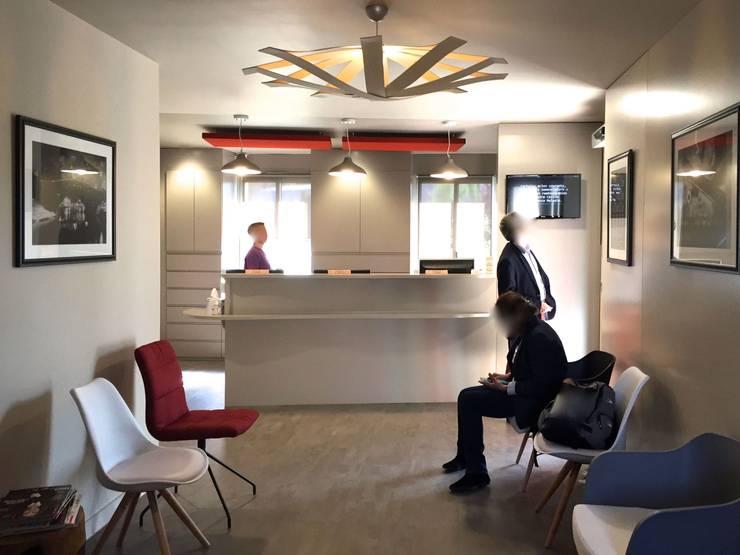Cabinet Dentaire CÈDRE BLEU: Cliniques de style  par MIINT - design d'espace & décoration