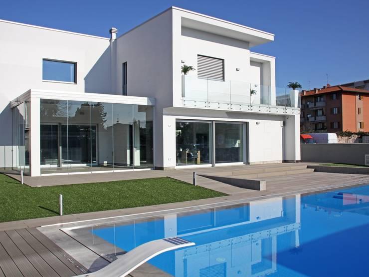 Villa prefabbricata con piscina a bergamo for Villa moderna con piscina